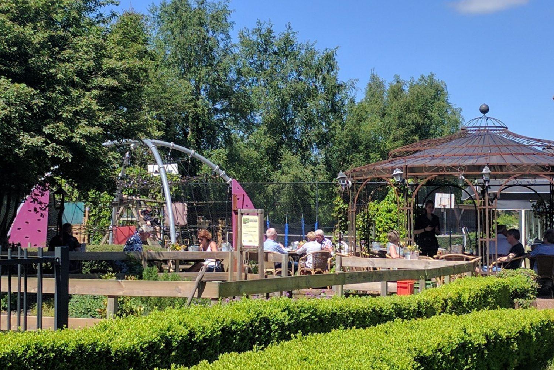 Terras aan het water bij Restaurant 't Binnenhof in Paasloo Overijssel (bij Steenwijk)