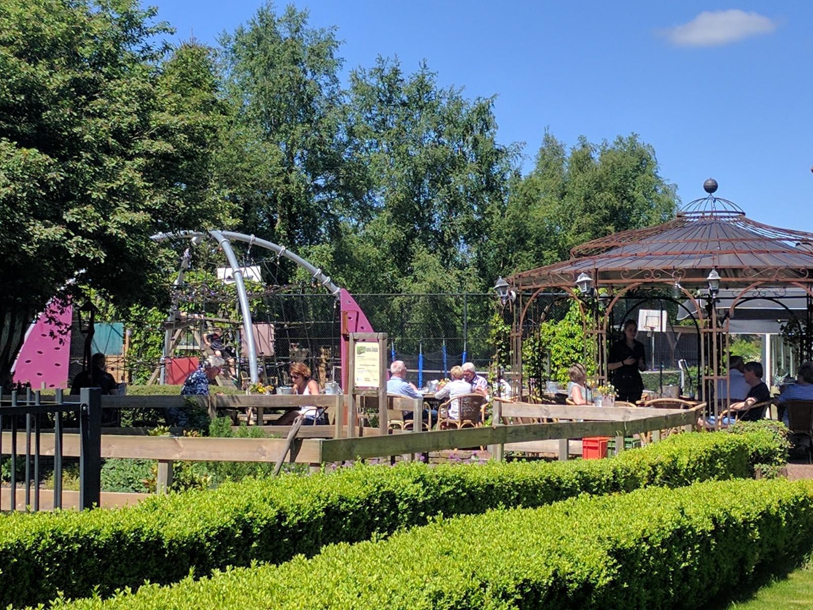 Heerlijk terras met speeltuin bij Restaurant 't Binnenhof Paasloo (Steenwijk) Overijssel